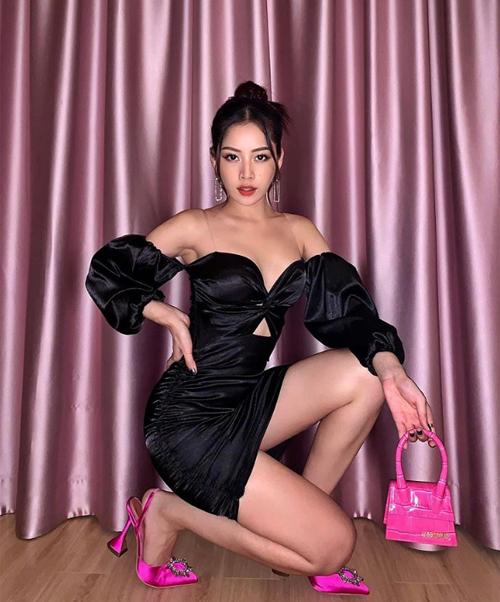 Bộ đầm trễ nải và phụ kiện hàng hiệu tông hồng mang đến cho Chi Pu vẻ đẹp sexy giống hệt các hot girl Hollywood.