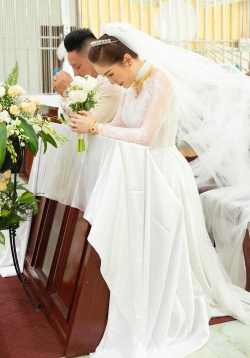 Trước đó, chiếc áo dài Bảo Thy diện trong hôn lễ ở nhà thờ cũng do Chung Thanh Phong thực hiện. thiết kế làm từ ren cao cấp, đính hoạ tiết hoa bằng vải ren làm nên vẻ ngoài sang trọng, quý phái cho cô dâu khiến ai cũng phải trầm trồ.