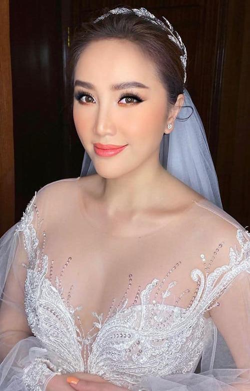 Thân trên váy xẻ sâu tôn lên vòng một của cô dâu. Phần vải đắp xuyên thấu giúp giọng ca Ngôi nhà hoa hồng trông quyến rũ mà vẫn tinh tế.