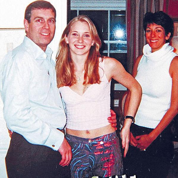 Hoàng tử Andrew (trái) chụp cùng Virginia Roberts (giữa) thời điểm cô 17 tuổi.