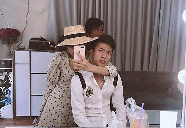 Nhật Linh chia sẻ hình ảnh cùng Văn Đức đi thử váy cưới trên trang cá nhân.