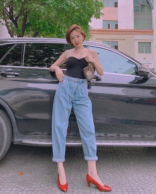 Chiếc áo quây được Tóc Tiên kết hợp cùng quần jeans Zara, túi Louis Vuitton tạo nên tổng thể gợi cảm mà đầy cá tính.