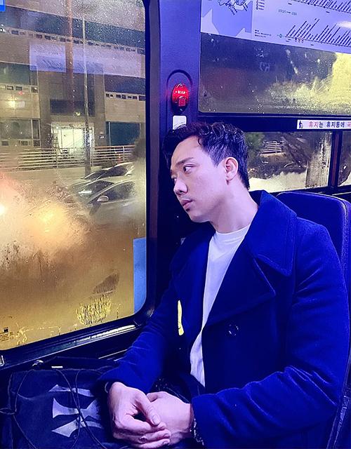 Trấn Thành chụp ảnh thẫn thờ trên xe buýt