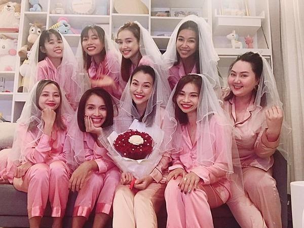 Hoàng Oanh (cầm hoa) bên hội bạn thân.