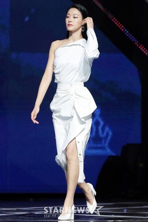 Mẫu váy trắng lệch vai của nhà mốt Max Mara giúp Seol Hyun (AOA) khoe vòng eo thon gọn và xương quai xanh đầy gợi cảm.
