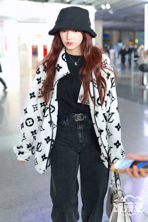 Trình Tiêu mix item cùng áo thun oversize và quần jeans hợp tông tạo nên set đồ đen trắng đơn giản hút mắt, tôn lên khí chất girl crush của cô nàng.