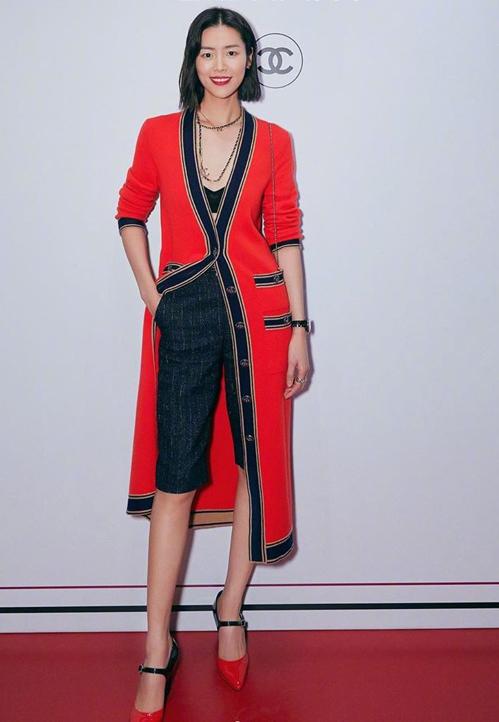 Cùng item, siêu mẫu quốc tế Lưu Văn có cách mix khác biệt với quần lửng, cách phối đồ đơn giản nhưng vẫn thanh lịch, thời thượng. 2 cô nàng bất phân cao thấp khi đụng hàng.