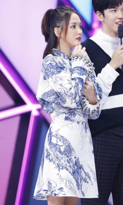 Mẫu váy hơn nghìn đô này cũng được Trần Kiều Ân diện khi tham gia Happy Camp, item giúp nữ diễn viên 40 tuổi khoe vẻ tươi trẻ đáng mơ ước.