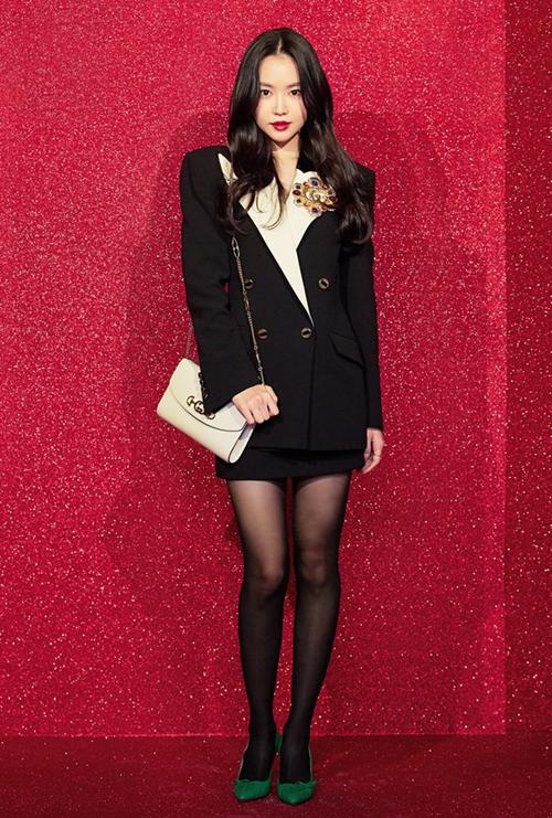 Na Eun (Apink) quyến rũ và đầy quyền lực khi diện nguyêt set đen của nhà mốt Gucci, cô nàng tạo điểm nhấn với ghim cài áo và đôi cao gót xanh nổi bật.