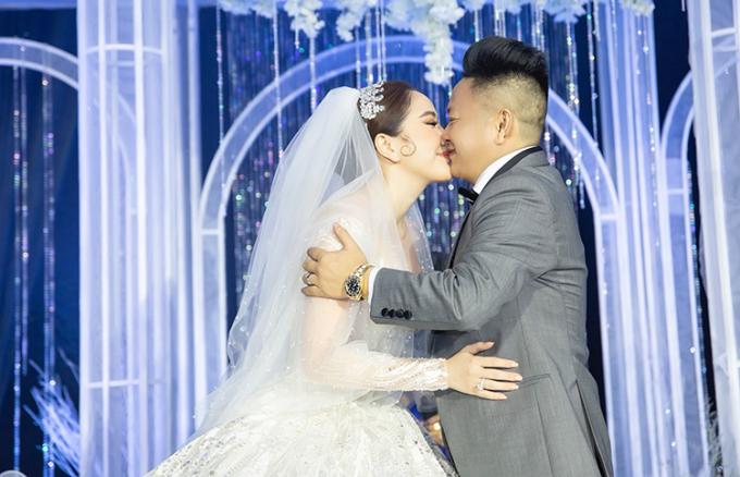 Vợ chồng Bảo Thy hôn nhau ở tiệc cưới.