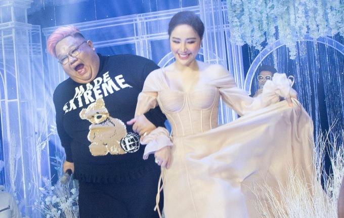 """<p> Vương Khang cũng có khoảnh khắc đáng yêu bên giọng ca """"Là con gái phải xinh"""".</p>"""