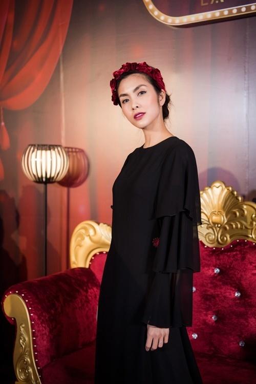 Tăng Thanh Hà tham dự show thời trang Sleep no morecủa NTK La Phạm tại Hà Nội, tối 16/11. Nữ diễn viên 8x diện áo dài cách tân màu đen, kiểu dáng kín đáo. Người đẹp bay về TP HCM ngay trong đêm sau khi xem xong bộ sưu tập.