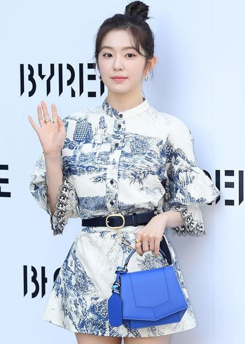 Irene (Red Velvet) diện mẫu váy in hoa văn sứ Thanh Hoa đặc biết của Chloé từng gây bão vì nhan sắc đỉnh cao cũng như thần thái thanh lịch, sang trọng.
