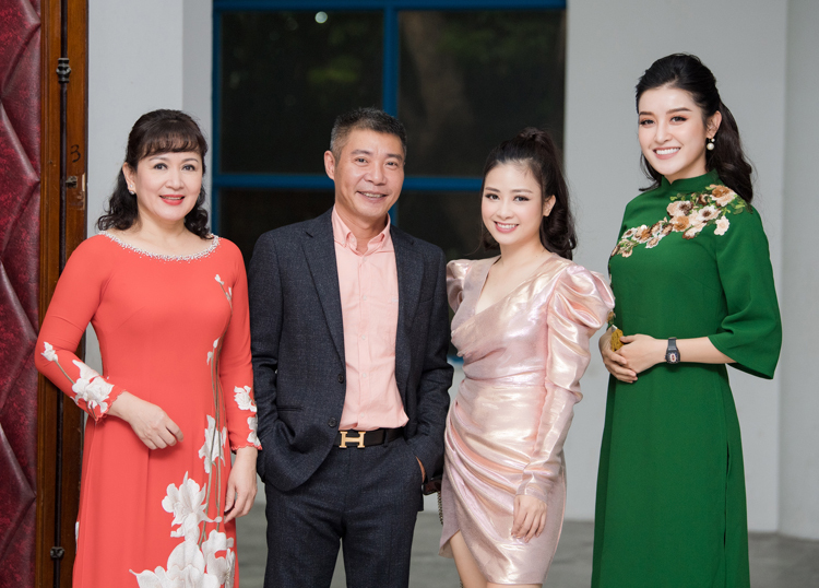 Tối qua 16/11, NSND Công Lý cùng Á Hậu Huyền My đã cùng góp mặt trong sự kiện Nữ sinh thanh lịch thủ đô 2019. Cùng với nghệ sĩ Minh Hòa, cả ba đảm nhận vị trí giám khảo của cuộc thi.