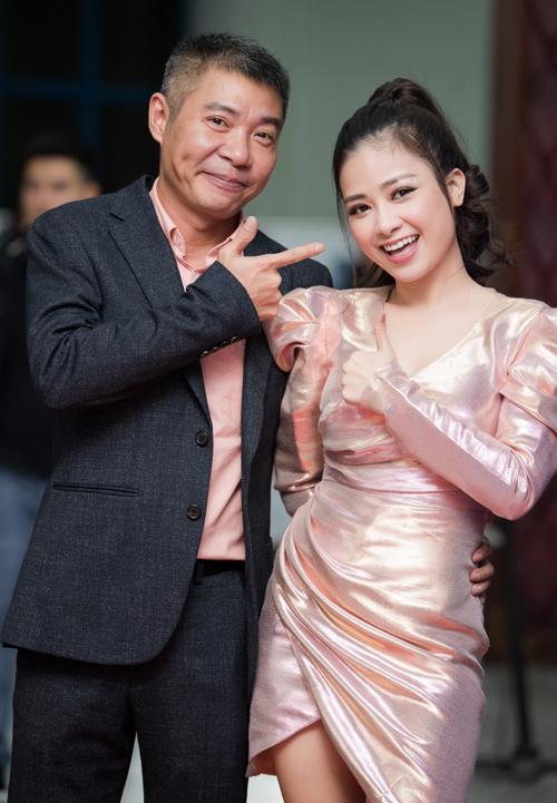 Nam nghệ sĩ còn nghịch ngợm chụp hình cùng Dương Hoàng Yến.