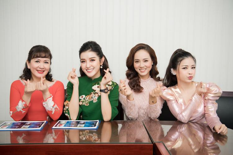 Ngọc Hà chụp hình kỷ niệm cùng ba người đẹptrong sự kiện.