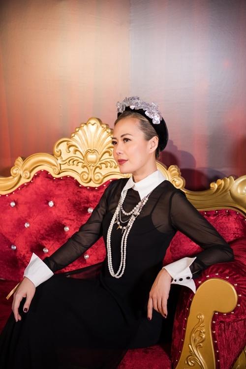 Bùi Việt Hà mặc áo dài voan xuyên thấu.