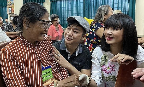 Việt TRinh động viên, thăm hỏi các bệnh nhân.