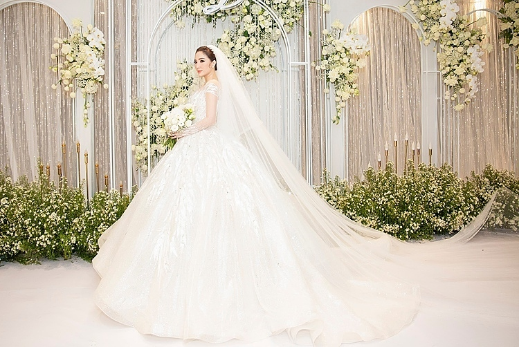 Trong hôn lễ diễn ra tối 16/11 tại một khách sạn 6 sao ở TP HCM, Bảo Thy thay 3 bộ đầm. Cả ba chiếc váy lộng lẫy đều do NTK Chung Thanh Phong thực hiện. Trong nghi lễ chính thức, công chúa bong bóng diện chiếc váy bắt sáng từ trước ra sau, tạo nên hình ảnh lung linh trên sân khấu.