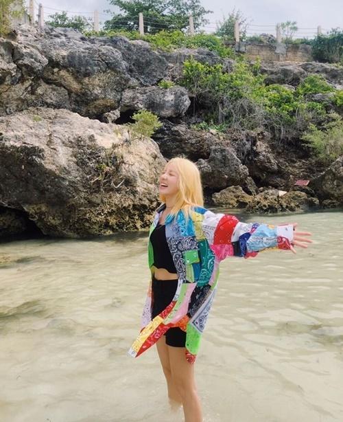 Dara khoe dáng đẹp, vẻ hào hứng khi ra biển.