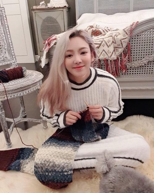 Hyo Yeon khéo tay đan khăn len đón mùa đông.