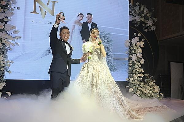Giang Hồng Ngọc bên chồng trong lễ cưới.