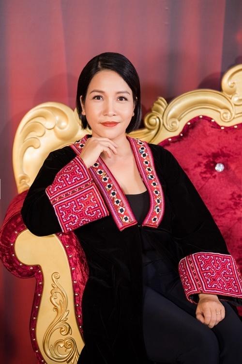 Ca sĩ Mỹ Linh mặc đầm họa tiết thổ cẩm.