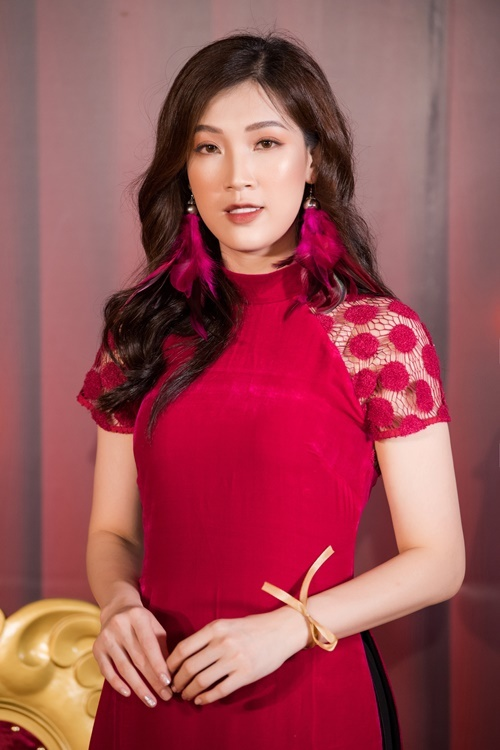Hoa hậu Phí Thùy Linh diện áo dài nhung đỏ.