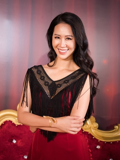 Hoa hậu Dương Thùy Linh diện áo dài đính tua rua.