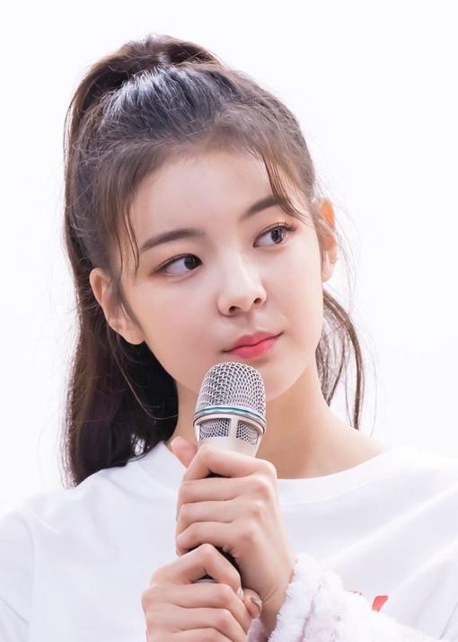 Lia là một trong những thành viên nổi tiếng nhất ITZY, girlgroup tân binh của JYP. Mặc dù tài năng còn gây tranh cãi, Lia đã sớm chứng tỏ sức hút, được kỳ vọng là một trong những nữ thần thế hệ mới của Kpop.