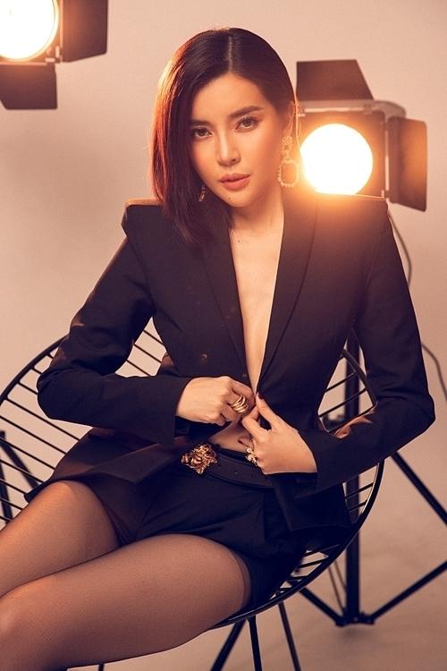 Nữ diễn viên Tiếng sét trong mưa lần đầu mặc áo vest không nội y để làm mới hình ảnh.