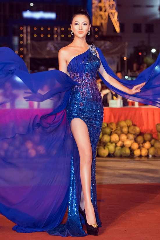 Phương Khánh diện đầm xẻ đùi của nhà thiết kế Linh San.