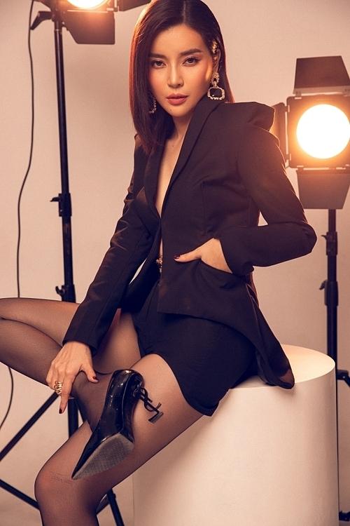 Cô mix trang phục gợi cảm cùng thắt lưng Versace, giày Yves Saint Laurent.