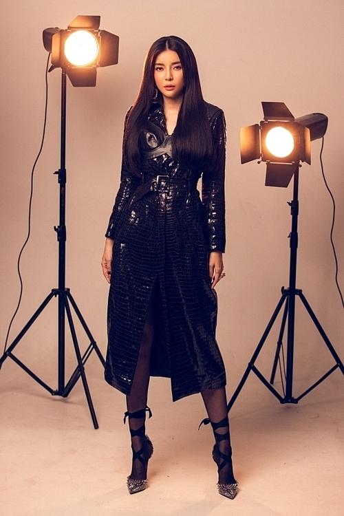 Áo khoác dáng dài gam màu đen tạo sựcá tính cho người mặc.