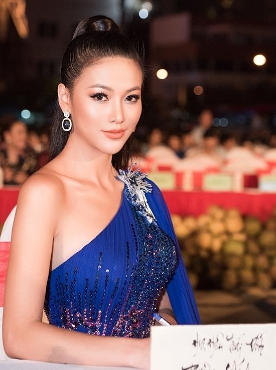 Bộ đầm lệch vai, chất liệu vải lụa tôn lên vòng một đẫy đà của người đẹp.
