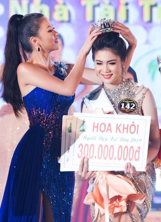 Cô trao giải Hoa khôi cho người đẹp Bùi Kim Quyên. Trước đó, cô vừa trao lại vương miện Hoa hậu Trái đất tại Philippines sau một năm nhiệm kỳ.
