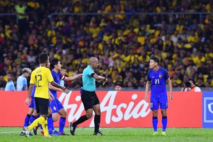Changsuek còn hài hước đăng tải ảnh trọng tài người Oman rút thẻ vàng cho cầu thủ số 21 của Voi chiến. Ảnh: Fanpage Changsuek