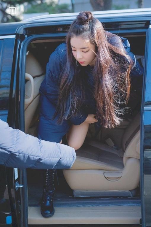 Một số netizen nói rằng ban đầu họ nhầm lẫn Lia là thực tập sinh YG vì khí chất girlcrush mạnh mẽ.