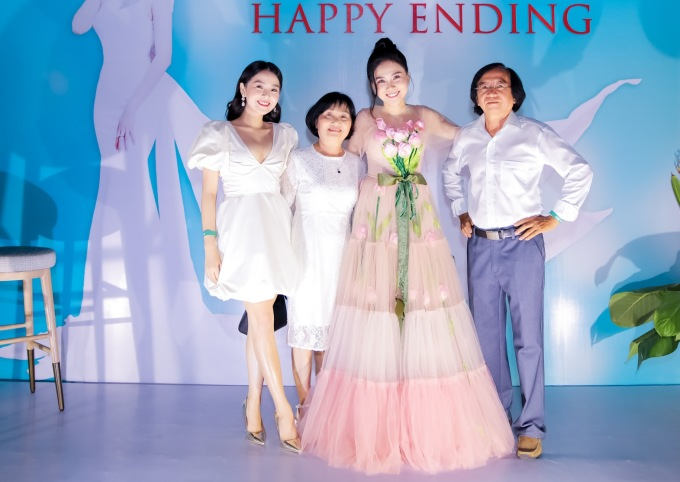 <p> Tam Triều Dâng - Nhất Hương chụp ảnh cùng bố mẹ.</p>