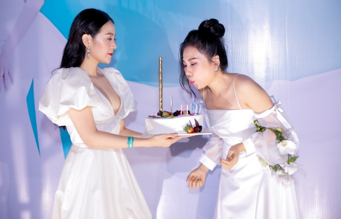 <p> Tam Triều Dâng đích thân mang bánh ra tận nơi để chị gái thổi mừng sinh nhật. Tiếp đó, họ cùng chung vui với bữa tiệc cưới giữa không gian lung linh.</p>