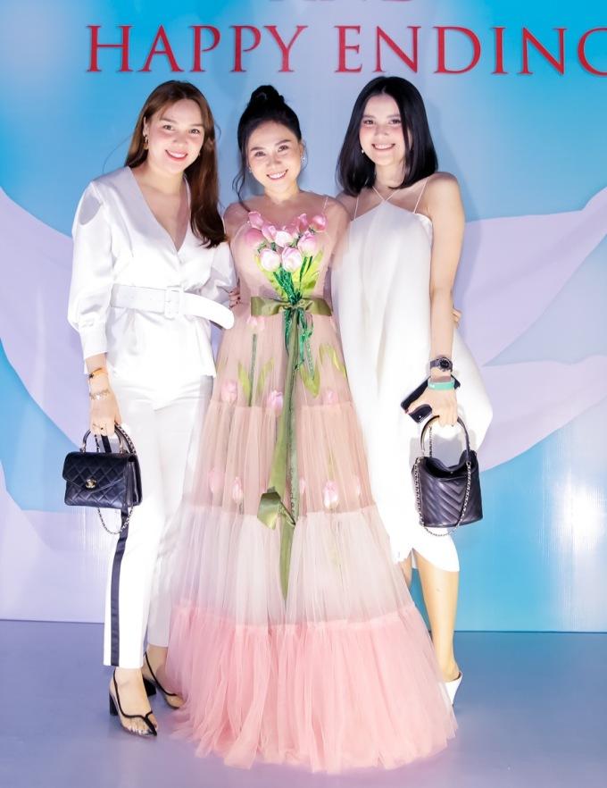 <p> Hoa hậu Đông Nam Á 2012 Diệu Hân và Á hậu Đại dương 2017 Diệu Thùy cũng có mặt chúc mừng.</p>