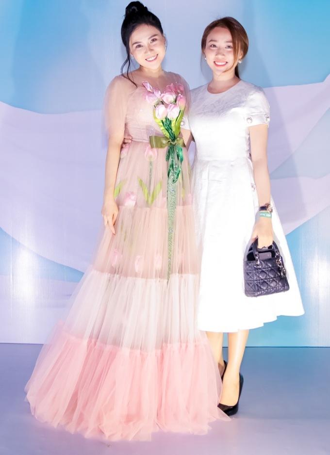 <p> Hot girl Lona Huỳnh tái xuất ở đám cưới.</p>