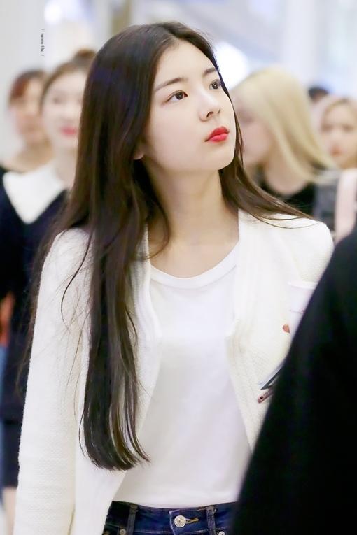 Phong cách thời trang sân bay của Lia cũng rất thu hút, hài hòa giữ sự thời thượng và nét mộc mạc của một tân binh. Chính nhờ khí chất độc đáo này mà Lia được netizen Hàn cho là rất phù hợp nếu nằm trong đội hình Black Pink của YG.