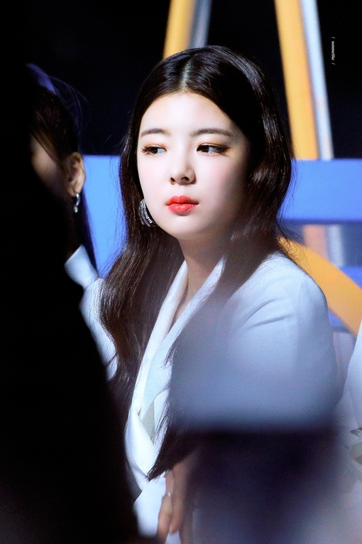 Tại các sự kiện và lễ trao giải, Lia luôn là thành viên nổi bật của ITZY nhờ vẻ ngoài sang chảnh, quý tộc. Gương mặt, thần thái của cô nàng khiến fan nhớ đến Irene (Red Velvet), Ji Soo - Jennie (Black Pink).