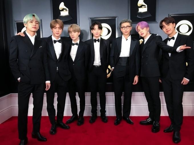 BTS mặc vest lịch lãm tại Grammy lần thứ 61.