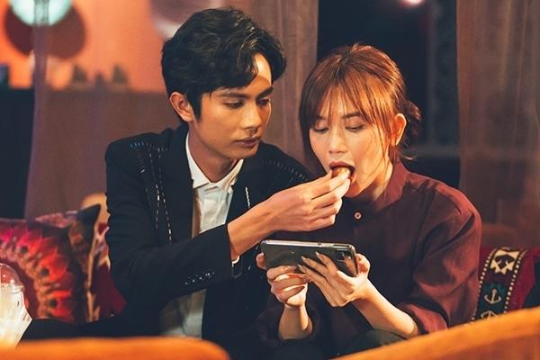 Huỳnh Phương chăm sóc Sĩ Thanh khi quay MV.