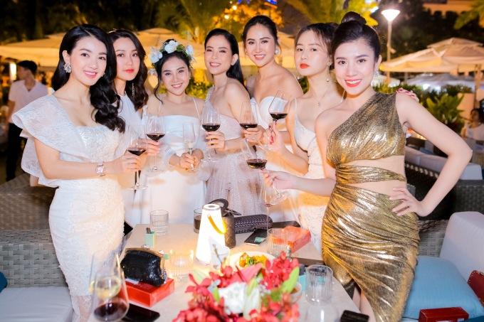 <p> Dàn người đẹp dự tiệc cùng Nhất Hương.</p>