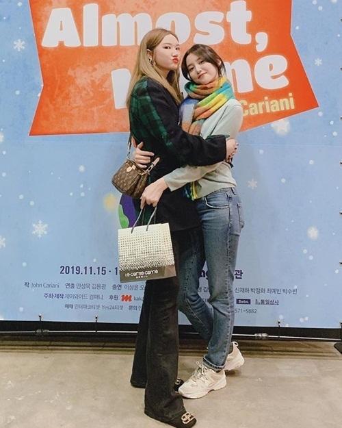 LE (trái) ôm Jeong Hwa tình cảm. Thành viên EXID đến cổ vũ vở nhạc kịch của em út.