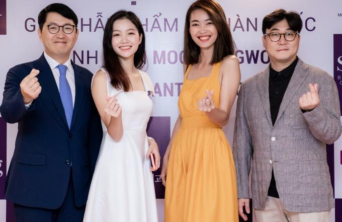 <p> Hà Lương Bảo Hằng (váy trắng) - Top 15 Hoa hậu Việt Nam 2018 và người mẫu Diễm Trinh.</p>