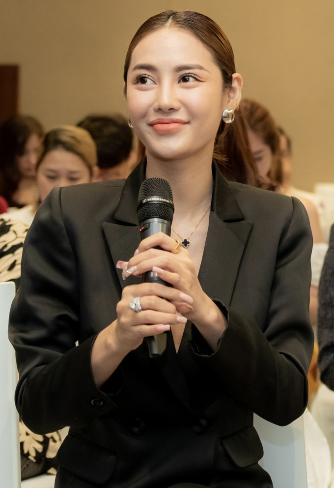 <p> Tại sự kiện, khi nói về các phương pháp làm đẹp, Linh Chi thừa nhận từng nâng ngực tại Hàn Quốc. Cô cho biết phương pháp cải thiện sắc vóc hiện rất nhiều. Chỉ cần tìm được nơi uy tín, an toàn thì mọi phụ nữ đều có thể đẹp lên. Sau khi dao kéo vòng một, hiện Linh Chi cảm thấy tự tin hơn.</p>